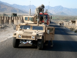 Convoglio di rifornimento a Camp Fortess - Provincia di Kunar Afghanistan (foto np marzo 2008)