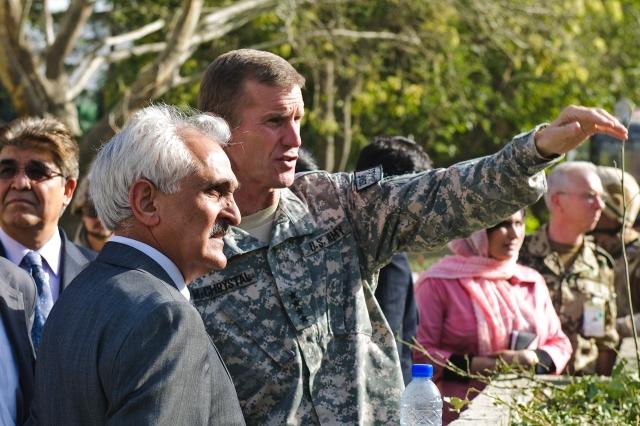 Generale McChrystale sul luogo dell'attentato contro il quartiere generale Isaf a Kabul