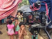 Piccoli rohingya recuperano il sorriso scherzando con la telecamera