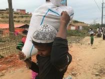 Per portare gli aiuti nelle proprie baracche a volte bisogna camminare per chilometri