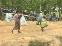 Profughi appena arrivati in Bangladesh, si portano dietro tutto quanto rimasto dalla loro vita passata