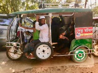 """Distanze enormi nei campi, chi può permetterselo usa i tom-tom, mezzo di trasporto """"popolare"""" in Bangladesh"""