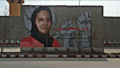 La prof. Hamida Barmaki è stata uccisa nel 2013 da un kamikaze mandato a Kabul da Hekmatyar, il collettivo ArtLord ha dipinto il suo ritratto davanti l'abitazione dove il signore della guerra vive dopo aver fatto la pace con il governo