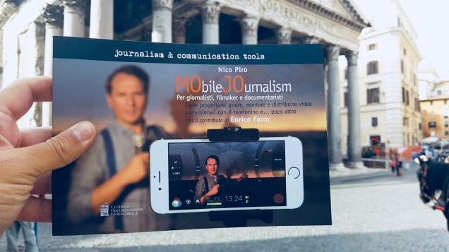 La copertina del libro sullo sfondo di Piazza di Pietra (sede del CDG)