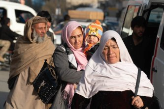 Kabul, di fretta in strada nella speranza di tornare a casa vivi